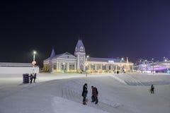 """哈尔滨冰节日2018年- å """"ˆå°"""" æ"""" ¨å› ½ é™… å † °é› ªèŠ '意想不到的冰和雪大厦,乐趣, sledging,夜,旅行瓷 库存图片"""
