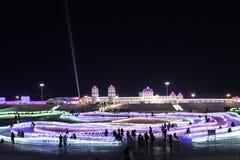 """哈尔滨冰节日2018年- å """"ˆå°"""" æ"""" ¨å› ½ é™… å † °é› ªèŠ '意想不到的冰和雪大厦,乐趣, sledging,夜,旅行瓷 库存照片"""