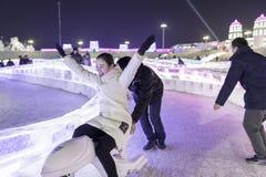 """哈尔滨冰节日2018年- å """"ˆå°"""" æ"""" ¨å› ½ é™… å † °é› ªèŠ '意想不到的冰和雪大厦,乐趣, sledging,夜,旅行瓷 图库摄影"""