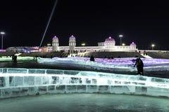 """哈尔滨冰节日2018年- å """"ˆå°"""" æ"""" ¨å› ½ é™… å † °é› ªèŠ '意想不到的冰和雪大厦,乐趣, sledging,夜,旅行瓷 免版税图库摄影"""