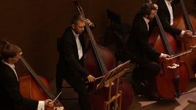 哈尔科夫,乌克兰, 2017年6月29日:交响乐团的音乐会 最低音 股票视频