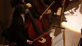 哈尔科夫,乌克兰, 2017年6月29日:交响乐团的音乐会 最低音 影视素材