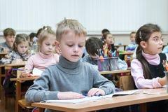 哈尔科夫,乌克兰- 2017年11月30日:书桌的孩子 图库摄影