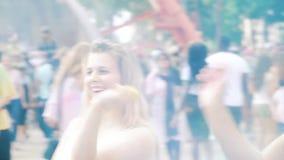 哈尔科夫,乌克兰- 2019年5月26日:女孩投掷五颜六色的粉末在侯丽节节日 股票视频