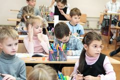 哈尔科夫,乌克兰- 2017年11月30日:学校书桌的孩子 免版税库存图片