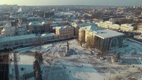 哈尔科夫,乌克兰- 2016年12月13日:宪法广场,用雪盖的历史博物馆天线  影视素材