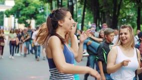 哈尔科夫,乌克兰- 2019年5月26日:年轻女人在公园跳舞在侯丽节节日 股票录像