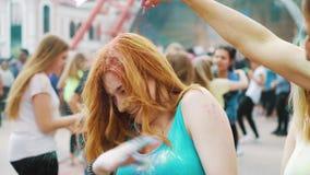 哈尔科夫,乌克兰- 2019年5月26日:用粉末盖的红发女孩在侯丽节 影视素材
