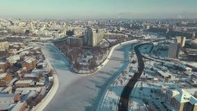哈尔科夫,乌克兰- 2016年12月13日:用雪盖的Strelka公园天线,河流桥渡,冬天 股票录像