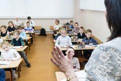 哈尔科夫,乌克兰- 2017年11月30日:老师教孩子 免版税库存照片