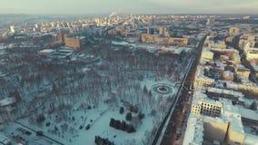 哈尔科夫,乌克兰- 2016年12月13日:舍甫琴科公园,用雪盖的Sumska街道天线  影视素材