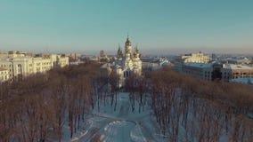 哈尔科夫,乌克兰- 2016年12月13日:Zhon Myronosyts教会,用雪盖的城市公园天线  股票录像