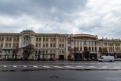 哈尔科夫12月2017年,乌克兰:宪法广场由美妙地被雕刻的老大厦包围 免版税图库摄影