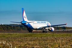 哈巴罗夫斯克,俄罗斯- 2018年9月29日:乘出租车为的空中客车A320 VP-BBQ乌拉尔航空公司离开在哈巴罗夫斯克国际性组织 免版税图库摄影