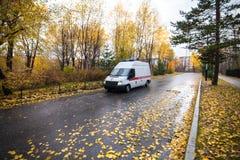 哈巴罗夫斯克,俄罗斯- 2017年10月14日:在街道的救护车我 库存图片