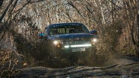 哈巴罗夫斯克,俄罗斯- 2016年10月20日:福特F150猛禽SUV在驾驶在土的路 免版税库存图片