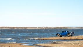 哈巴罗夫斯克,俄罗斯- 2016年10月20日:福特F150猛禽SUV在驾驶在土的路 库存图片