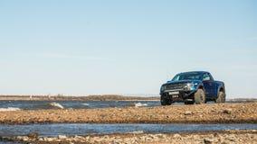 哈巴罗夫斯克,俄罗斯- 2016年10月20日:福特F150猛禽SUV在驾驶在土的路 库存照片