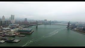 哈得逊河和布鲁克林大桥史诗空中射击在距离的 曼哈顿和布鲁克林看法  影视素材