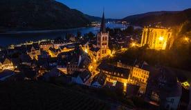 巴哈拉,莱茵河谷,德国 城市与莱茵河的全景视图在晚上 免版税库存图片