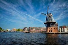 哈林地标风车在Spaarne河的De阿德里 哈林, 库存图片