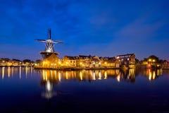 哈林地标风车在Spaarne河的De阿德里 哈林, 库存照片