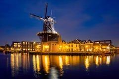 哈林地标风车在Spaarne河的De阿德里 哈林, 免版税库存图片