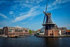 哈林地标风车在Spaarne河的De阿德里 哈林, 免版税库存照片
