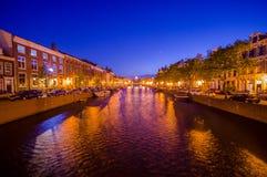 哈林,阿姆斯特丹,荷兰- 2015年7月14日:有传统荷兰建筑学的河在双方,美好 库存照片