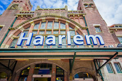 哈林,阿姆斯特丹,荷兰- 2015年7月14日:火车站如被看见从外面,美好的老欧洲风格的红色 库存图片