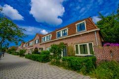 哈林,阿姆斯特丹,荷兰- 2015年7月14日:非常迷人和传统荷兰邻里,好的红砖 库存图片