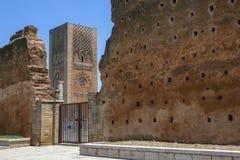 哈桑塔看法通过12世纪墙壁的遗骸在拉巴特在摩洛哥 免版税库存图片