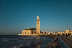哈桑ii清真寺风景看法在海卡萨布兰卡,摩洛哥前面的 库存照片