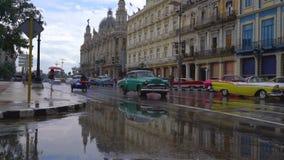 哈瓦那、古巴- 2018年5月13日-人们、马支架和老出租汽车汽车在街道上在4k 影视素材