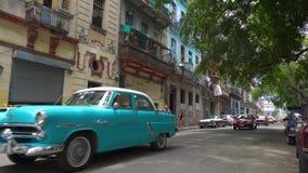 哈瓦那、古巴- 2018年5月13日-人们和老出租汽车汽车在街道上在4k 股票录像