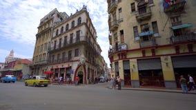 哈瓦那、古巴- 2018年5月13日-人们和老出租汽车汽车在街道上在4k 影视素材