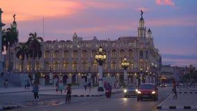 哈瓦那、古巴- 2018年5月13日-哈瓦那巨大剧院的全景街道视图日落的与葡萄酒汽车和 影视素材