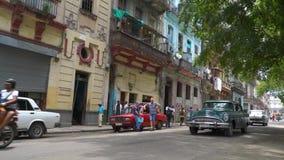 哈瓦那、古巴- 2018年5月13日-马支架、人们和老出租汽车汽车在街道上在4k 股票视频