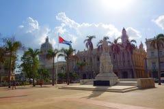 哈瓦那、古巴- Parque中央/中央公园有棕榈的,何塞马蒂,古巴和Gran Teatro de La Habana国旗雕象  库存照片