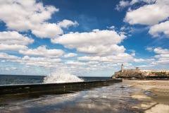 哈瓦那、Morro城堡和它的lightho Malecon的散步  免版税图库摄影