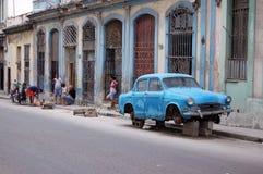 哈瓦那与老汽车的街道场面 库存照片