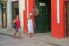 哈瓦那典型的街道有居民的 库存图片