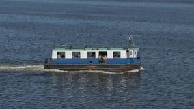 哈瓦那口岸海湾的渡轮运载的乘客 股票视频