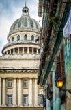 哈瓦那和一个破旧的大厦国会大厦  免版税图库摄影