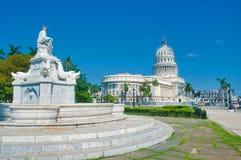哈瓦那国会大厦和喷泉视图 库存照片