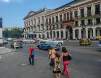 哈瓦那市古巴街道,人们,汽车 免版税库存照片