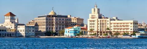 哈瓦那旧城全景在有几个海边五颜六色的大厦和地标的古巴 图库摄影