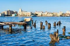 哈瓦那旧城地平线和一个老码头有渔船的在哈瓦那海湾  免版税库存图片