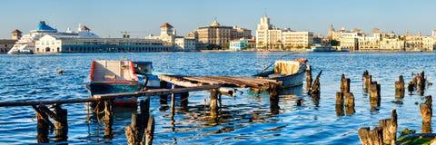 哈瓦那旧城地平线和一个老码头有渔船的在哈瓦那海湾  库存照片