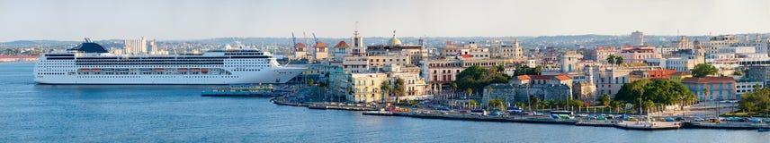哈瓦那旧城的全景图象包括历史建筑和一艘现代游轮 免版税库存图片